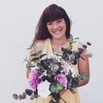 Franziska mit einem Blumenstrauß