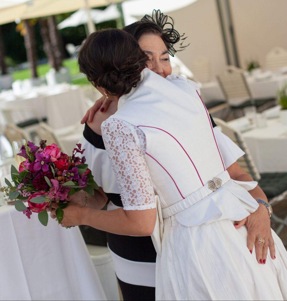 Individuell von Simone Stark entworfenes Braut-Dirndl im Bridal Studio hugs & kisses
